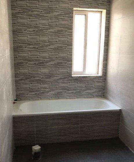 Trabajamos con los mejores proveedores y materiales para platos de ducha, mamparas, grifería y mobiliario para baño
