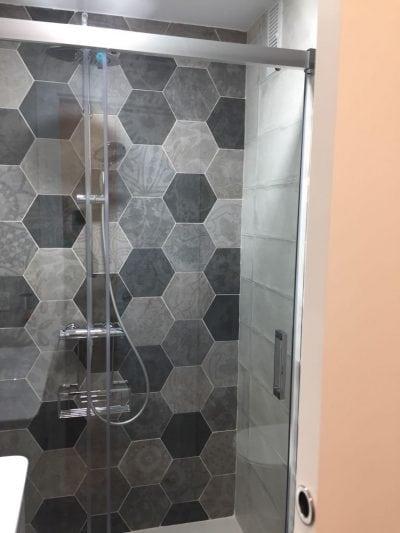 Mamparas para ducha. Mamparas clásicas. Reforma de baño completa.