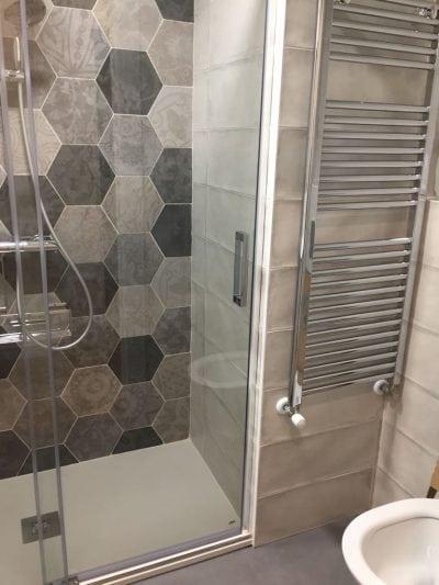 Toalleros radiadores. Muebles para baños pequeños. Decorar un espacio pequeño