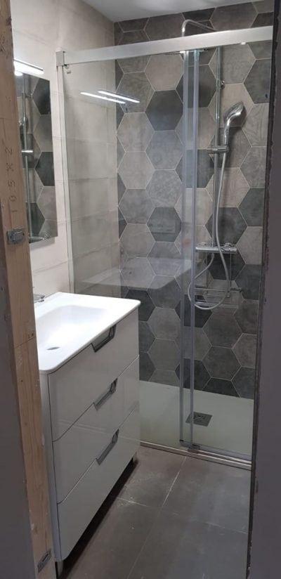Azulejos geométricos para la ducha. Plato de ducha. Complementos para el baño.
