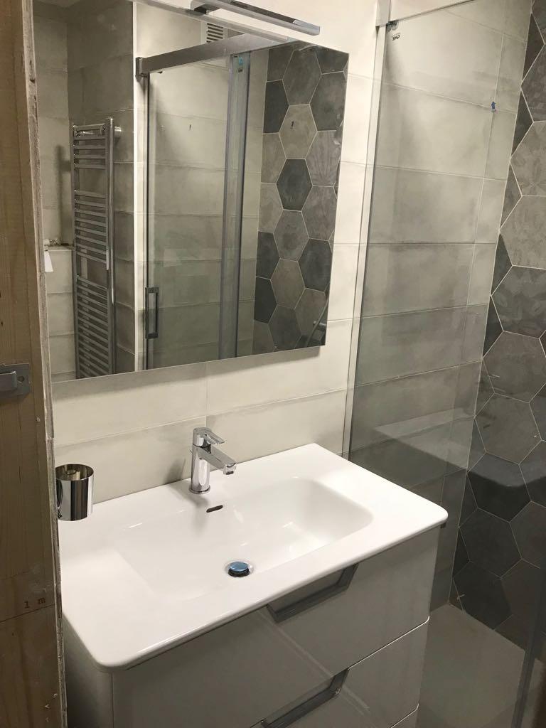 Diseño de baño moderno con toallero radiador. Diseño de baño moderno.