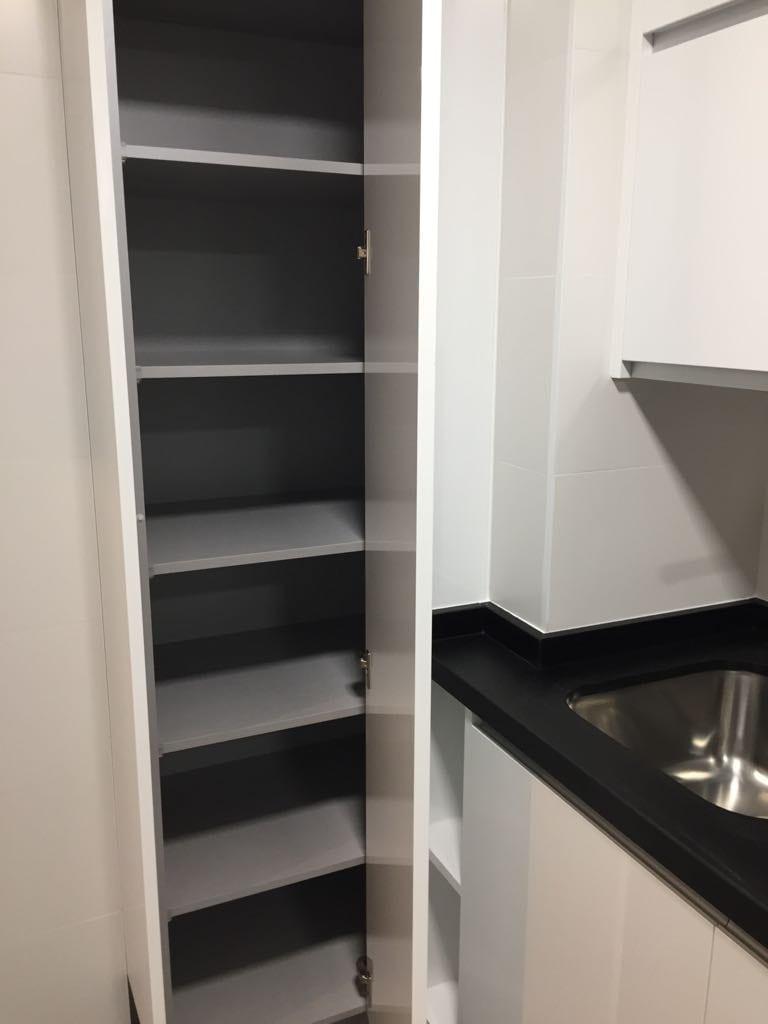 Armario de almacenaje para la cocina en blanco. Almacenaje. Armario despensa.