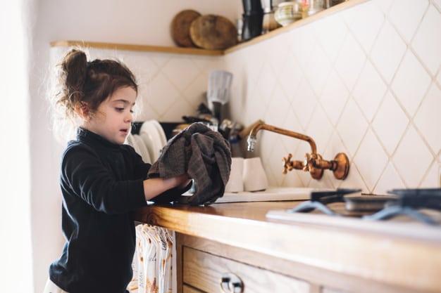 Limpiar juntas de azulejos del baño y la cocina.