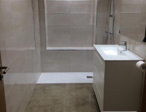 Baño reformado!! Cerámica imitación mármol con brillo ,limpio y luminoso.